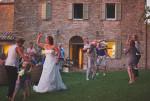 bruidspaar danst in tuin